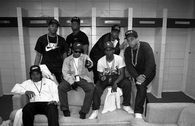 Rapperformatie N.W.A. voor hun optreden in Kansas tijdens hun 'Straight Outta Compton'-tour, 1989. Foto: Raymond Boyd/Getty