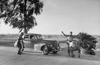 Britse soldaten controleren passerende burgers in de omgeving van het Suezkanaal. De Egyptische regering had gesteld dat de Britten Egypte moesten verlaten. Foto: Larry Burrows/Getty Images