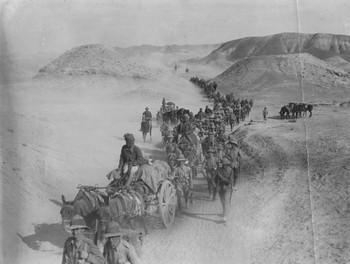 Britse soldaten passeren de Sakultutan-woestijnpas, 1917. Foto: Robert Hunt/Getty Images