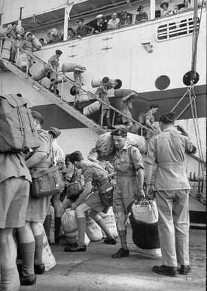 De voorraad van het Britse leger wordt aangevuld. Foto: Larry Burrows/Getty Images