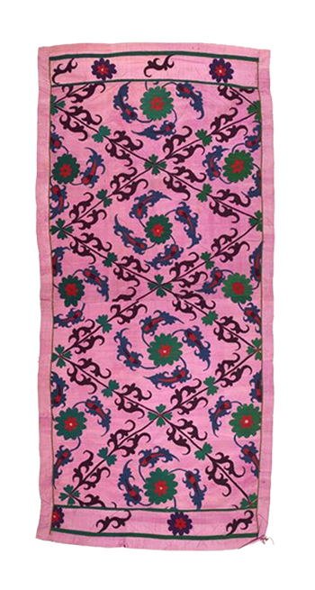 Geborduurd paneel met bloemmotieven op roze achtergrond, afkomstig uit Oezbekistan. Foto: Marion Benoit