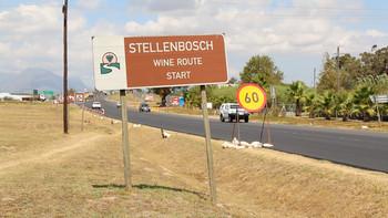 Stellenbosch hoort bij de Kaapse wijnlanden en is zeer populair onder toeristen