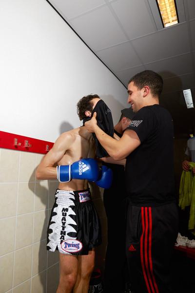 Yahya Mokhtari (rechts) in de kleedkamer met zijn leerlingen, tijdens het kickboksgala in 2012. Foto's: Isabella Rozendaal