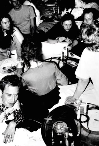De Supperclub, Harrie Wildeman ligt linksonder. Foto uit archief van Guda Stoop.