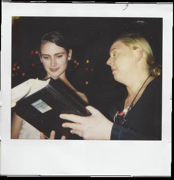 Guda Stoop, medeoprichter van de Supperclub, geeft reserveringenboek aan Jannah Loontjens.