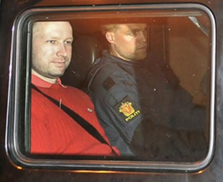 Anders Breivik, verlaat de rechtszaal op 27 juli 2011, toen nog alleen verdacht van de bomaanslag en schietpartij in Utøya. Beeld: ANP