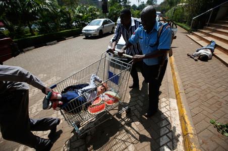 21 september 2013: Tijdens de terreuraanslag op het Westgate Winkelcentrum in Nairobi. Foto's: Goran Tomasevic / Reuters