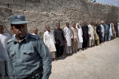 Verslaafden staan op een rij in een afkickcentrum in de woestijn in Nimroz.