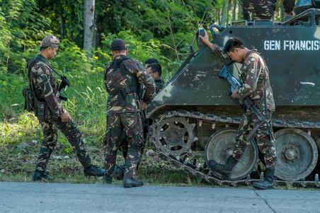 Ferdinandh Cabrera is op de plek waar eerder die dag een wegbom afging, net buiten de stad Cotabato, begin 2016, Filipijnen. Foto: Andreas Stahl