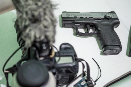 Een deel van de spullen die de Filipijnse oorlogsjournalist Ferdinandh Cabrera meeneemt als hij op pad gaat; perskaart, camera en een pistool.  Foto: Andreas Stahl