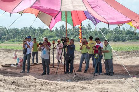 Boven: Ferdinandh Cabrera is een multimediajournalist, hij gebruikt onder andere een drone om verslag te doen van de gebeurtenissen in de Mindanaoregio. Onder: Een persbijeenkomst voor Filipijnse journalisten in het westelijke gedeelte van de Mindanaoregio. Foto's: Andreas Stahl