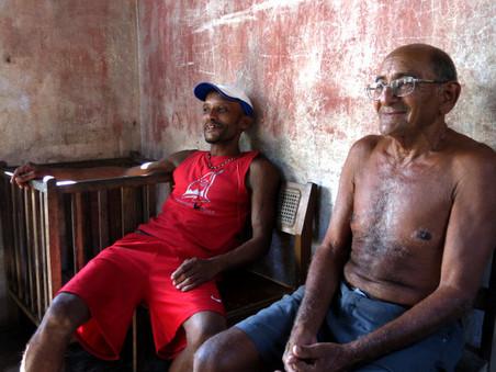 Emilio Terrero (rechts) op een veranda in Boca de Miel