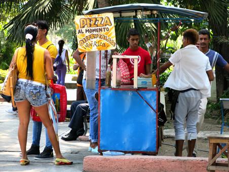 Particuliere straatverkopers in Santiago de Cuba