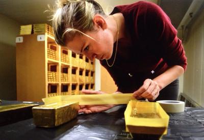 Sarah van Sonsbeeck maakt afgietsels van de goudstaven in de kluis van de Nederlandsche Bank.