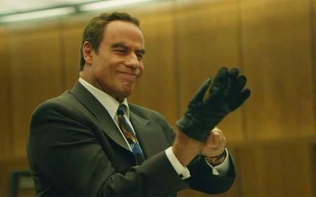 Advocaat Robert Shapiro (gespeeld door John Travolta) probeert de handschoen aan te trekken.