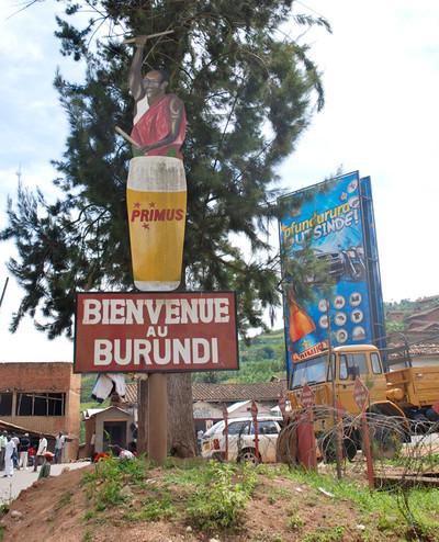 Welkom in Burundi op de grens met Rwanda. Foto: Olivier van Beemen