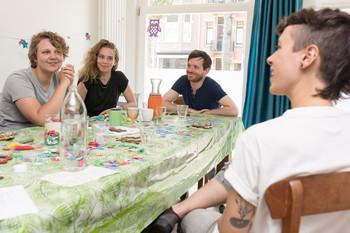 V.l.n.r. Lienne Boomsma, Inge Kuik, Casper Vuurmans. Foto: Marijn Kuijper (voor De Correspondent)