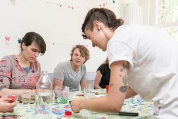 V.l.n.r. Annette, Lienne Boomsma. Foto: Marijn Kuijper (voor De Correspondent)