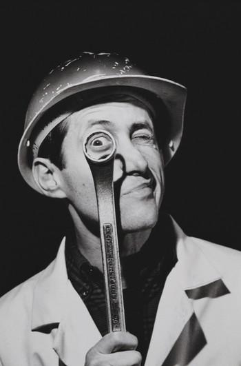 Stockfoto van een man met een ringsleutel uit 1994. Foto: Alfred Gescheidt / Getty Images
