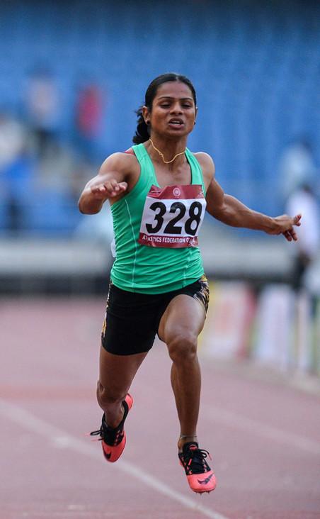 De Indiase sprinter Dutee Chand neemt deel aan de 100 meter sprint voor vrouwen tijdens de twintigste editie van de Women's Federation Cup National Senior Athletics Championship in New Delhi, 2016. Foto: Chandan Khanna / ANP