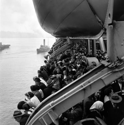 Een schip met immigranten uit Europa die na de Tweede Wereldoorlog een nieuw onderkomen zochten, arriveert op Ellis Island. New York, 1950. Foto: Getty/Ernst Haas