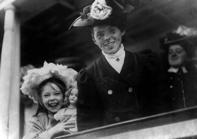 Een vrouw en een meisje aan boord van de SS Baltic arriveren op Ellis Island. New York, 1907. Foto: Getty