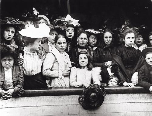 Immigranten komen met de boot aan in New York rond 1910. Foto: Getty