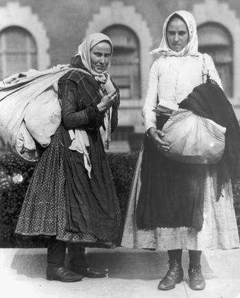 Twee jonge Poolse vrouwen zijn klaar om van Ellis Island te vertrekken. New York, 1910. Foto: Getty