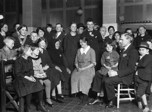 Immigranten wachten op Ellis Island tot ze door kunnen reizen. New York, 1900. Foto: Getty