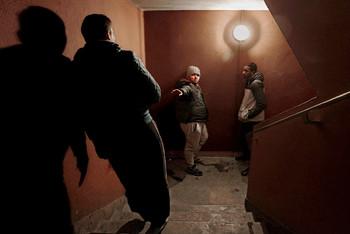Jongemannen een trappenhuis in Marseille. Foto: Bharat Choudhary