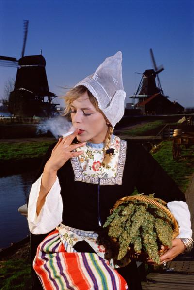 Op deze foto uit 1990 wordt wiet als typisch Nederlands afgebeeld, evenals kaas, windmolens en oud-Hollandse klederdracht. Foto: Floris Leeuwenberg / Hollandse Hoogte
