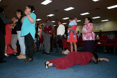 In kerkgemeente Nueva Vida lopen de emoties soms hoog op. Foto's: Robin de Wever