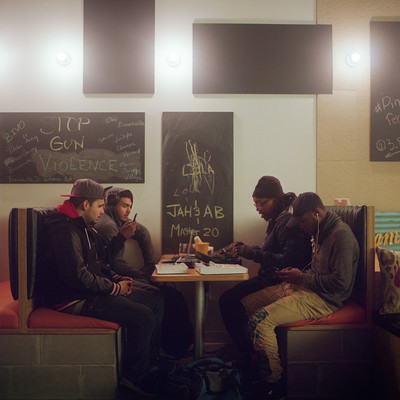 Anthony, Adam, Jaquin, Shannon, and Mikey spreken elkaar in de 3 Black Cats  in Brownsville. Deze koffiewinkel fungeert ook als buurthuis, zo bieden ze coaching en co-werkplekken voor mensen uit de buurt aan. Foto's: Horatio Baltz (voor De Correspondent)