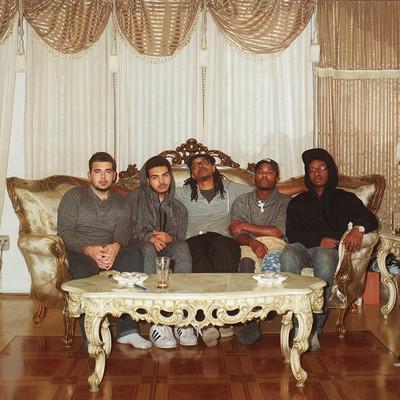 Samen op de bank. Van links naar rechts; Mikey, Jaquin, Anthony, Adam, Shannon. Foto: Horatio Baltz (voor De Correspondent)