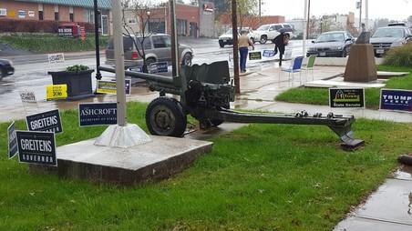 Dit is een buitenwijk van St. Louis genaamd Richmond Heights. Voor een veteranengebouw staat een kanon omringd met Republikeinse plakkaten.