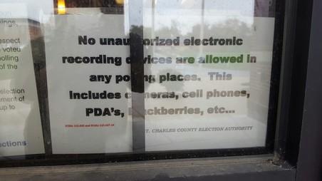 Bij sommige stemlokalen, zoals deze in het rijke Richmond Heights zijn camera's en smartphones verboden.