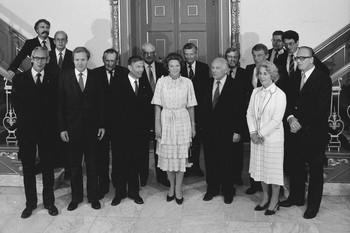 Het zojuist geïnaugureerde kabinet in paleis Huis ten Bosch, 1981. Foto: ANP