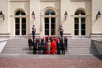 Het tweede kabinet van premier Wim Kok poseert met de Koningin op het bordes na afloop van de beëdiging. Foto: ANP