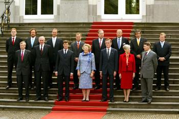 Koningin Beatrix staat met het kabinet-Balkenende I op het bordes van Paleis Huis ten Bosch. Foto: ANP