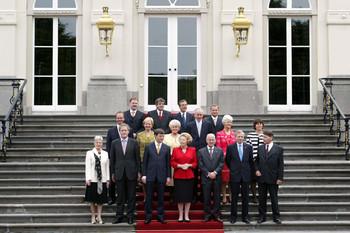 De traditionele bordesfoto, bij Huis ten Bosch in Den Haag. Alle ministers van het kabinet-Balkenende II staan, na een formatieperiode van 125 dagen, samen met koningin Beatrix op het bordes. Foto: ANP
