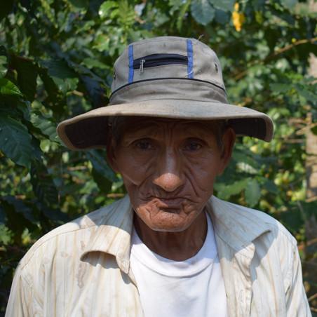 De Boliviaanse boer Vicente Torres tussen zijn gewassen. Foto's: Bart Crezee