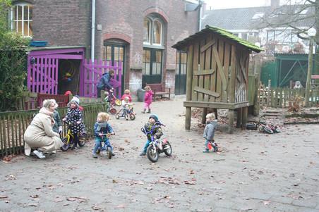 Joyce Ebbing met kinderen op de ouderparticipatiecrèche Samen Opvoeden.