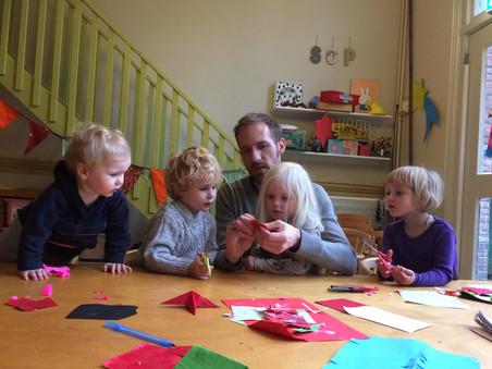 Anner Bindels met kinderen op de ouderparticipatiecrèche Samen Opvoeden.