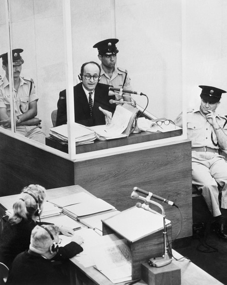 Adolf Eichmann tijdens zijn proces in Jeruzalem. Foto: Getty Images.