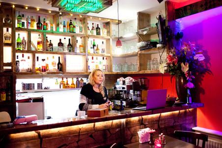 Annemarie achter de bar bij restaurant Azmarino. Foto's: Catharina Gerritsen (voor De Correspondent)
