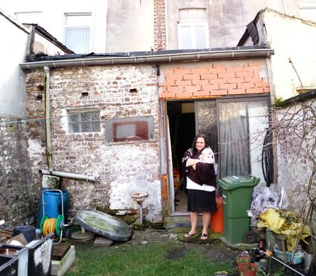 De woning van Claudia voordat deze door 'Dampoort knapT OP!' onder handen werd genomen. Foto: OCMW Gent