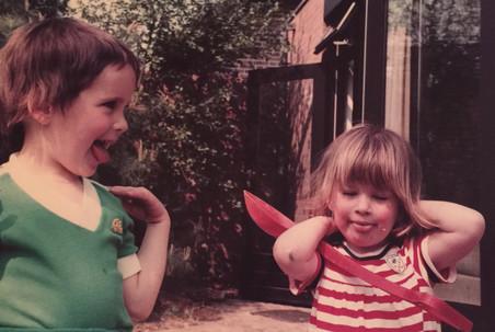 Sara (links) en haar zusje Anna. Foto: privéarchief Sara Kolster