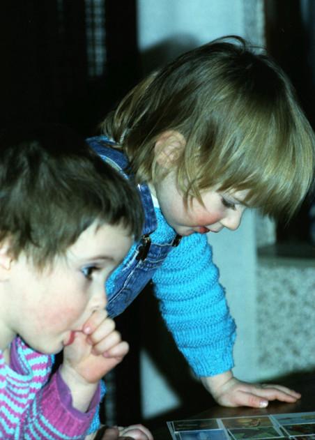 Sara (voorin) en haar zusje Anna. Foto: privéarchief Sara Kolster