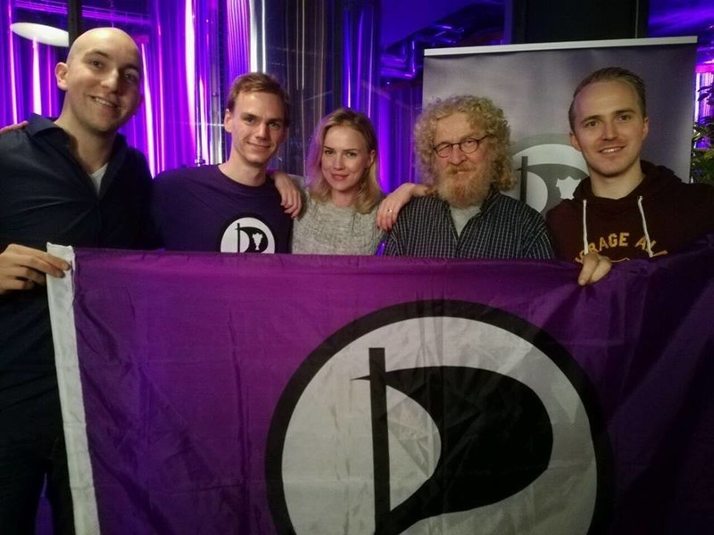 Tijdens de verkiezingsavond op IJsland, met in het midden lijsttrekker Ancilla van de Leest.