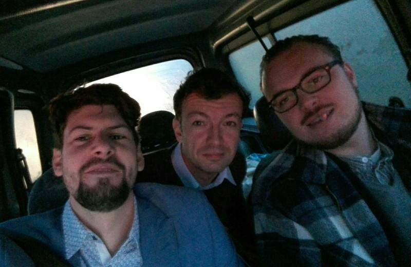 Thomas de Groot, Jelle de Graaf en Dennis l'Ami (op de achterbank) onderweg naar Brussel.